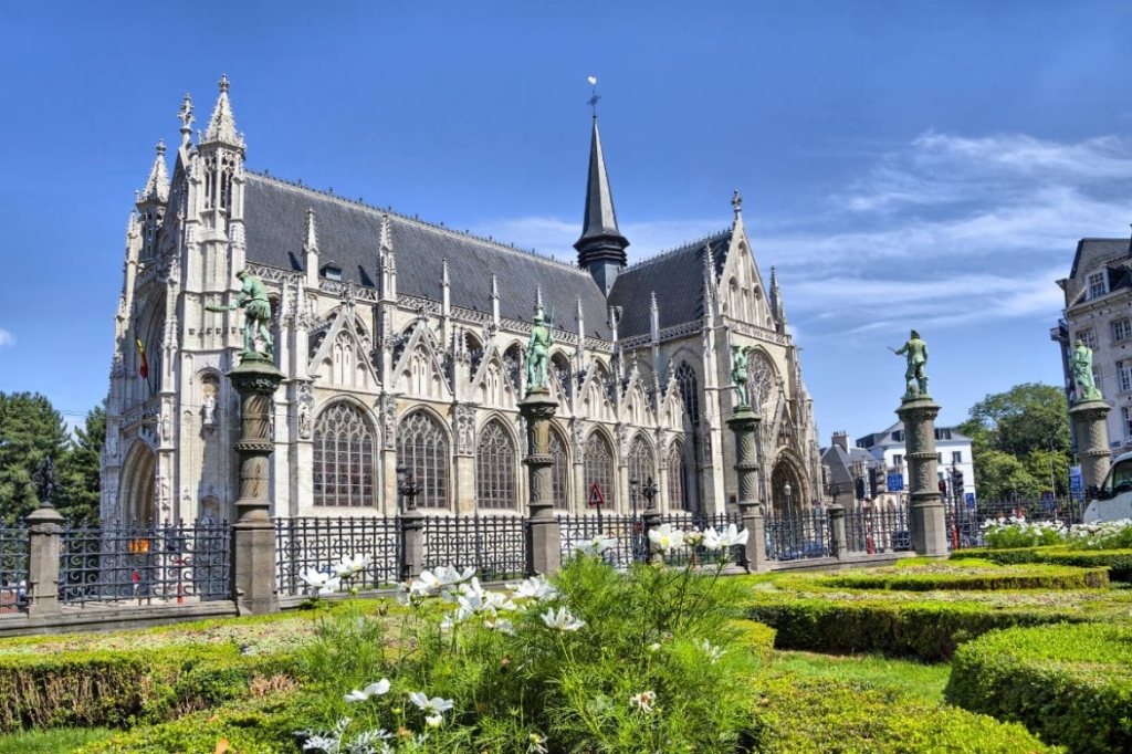 This image has an empty alt attribute; its file name is petit-sablon-church.jpg
